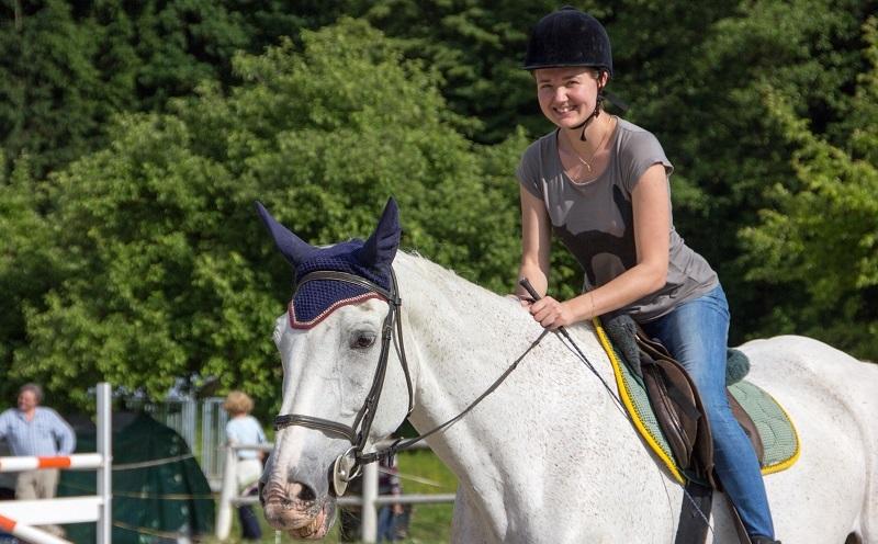 Autorin reitet Pferd